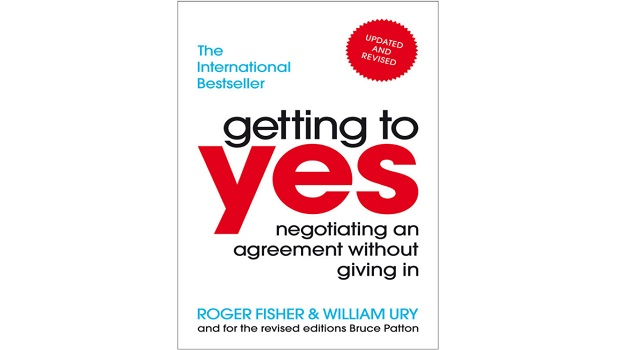 Getting to Yes: Negotiating an agreement without giving in - Roger Fisher (2012)